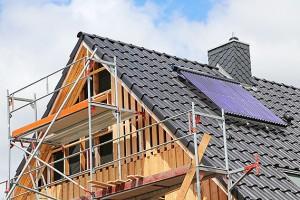Aufbau Solaranlage auf dem Dach